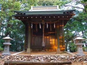 初日が差し込む降松神社上宮