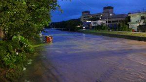 増水した切戸川(右は下松市役所)
